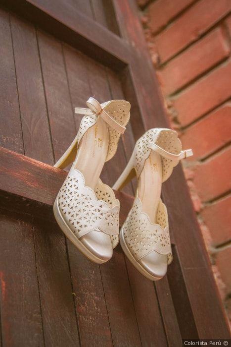 Zapatos de novia con taco alto en color ivory #sandalias #zapatos #abiertos #novia #taco #altos #boda #ivory #color #matrimonio #fiesta #looknovia #diseño #wedding #shoes #bride