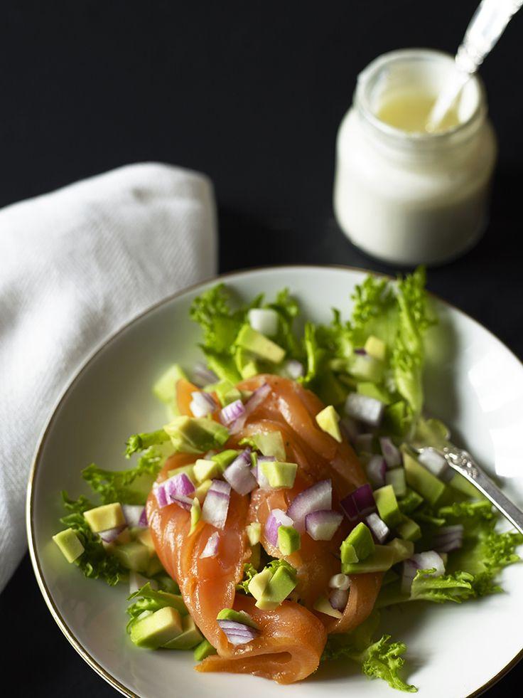 Bilde og oppskrift på salat med røkelaks og mormordressing. Food styling.