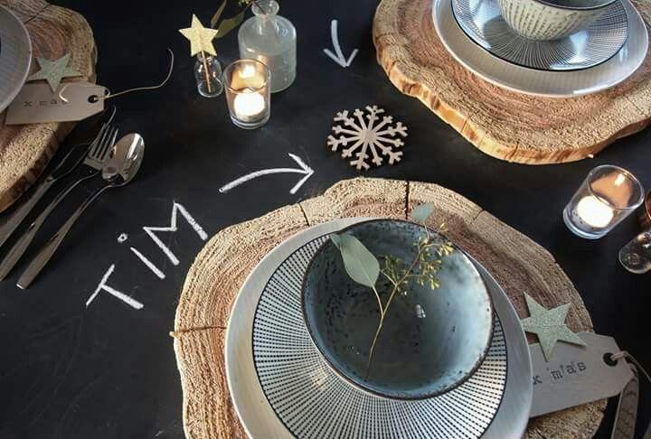 Key to Styling gedekte tafel, stapels servies, boom schijf, krijt bord, kerst en goud.