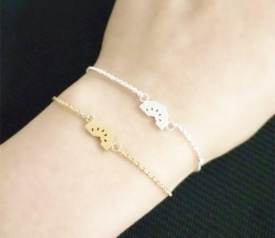 Bracelet fantaisie femme composé d'un pendentif en métal plaqué or 14k ou argenté. Bracelet réglable convient à tous les poignets. Idée cadeau tendance! Emballage cadeau offert