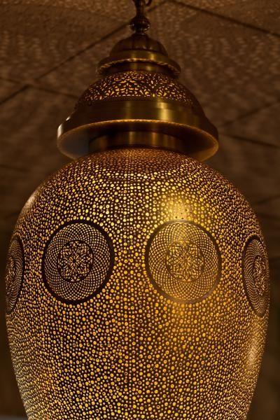 Suspension luminaire en cuivre aux motifs finement ciselés et gravés