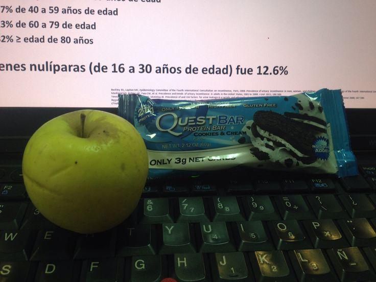 Perfecto Snack para media mañana 1manzana chica y Media barrita Quest Cookies &Cream #godinezsnack