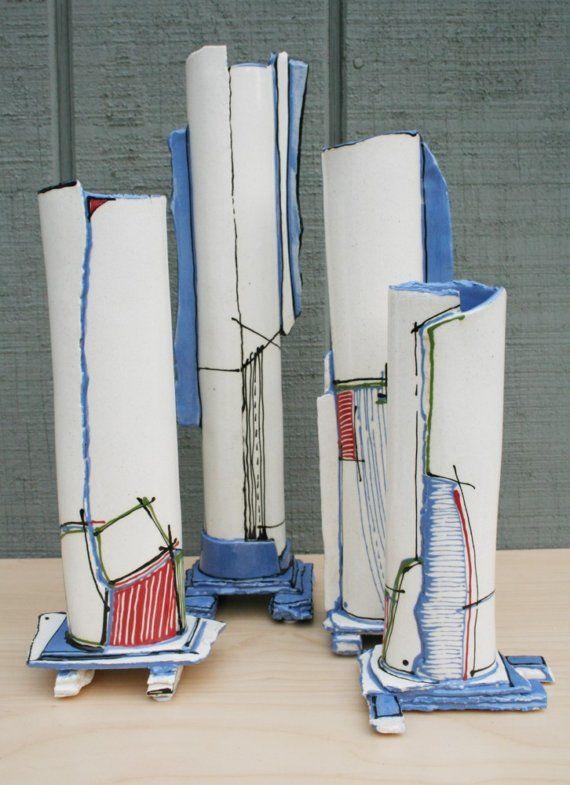 Vase décoratif avec traitement de surface graphique multicolore. Moderne, contemporain, linéaire.