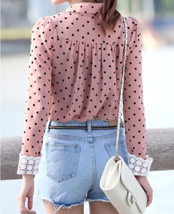 blusa de raso rosa moteada con mangas de encaje. <3