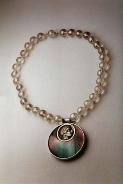 Collier en or blanc, perles de cristal de roche irisées, nacre, orné d'une pièce en argent représentant d'un côté un portrait et de l'autre la chouette symbole d'Athènes, Grèce, IV ème siècle avant J.C.