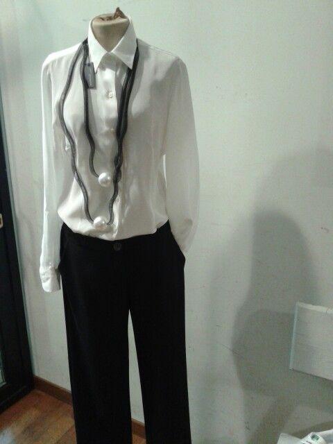 Camicia di seta pantalone Kristina T collana Janete Zamboni
