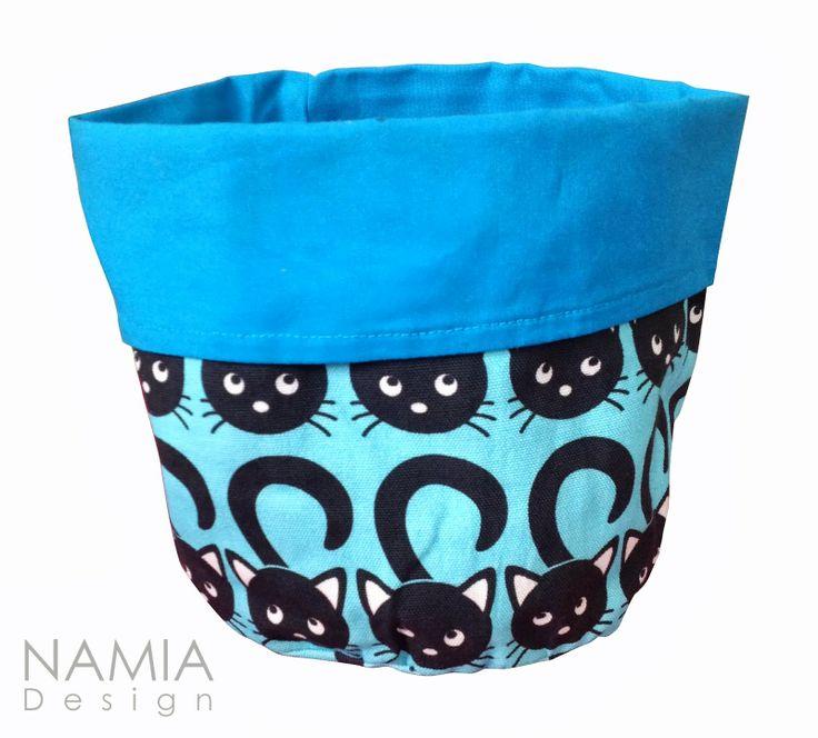 Moni käyttöisessä kangaskorissa säilytät vaipat tai vauvan talkit ja rasvat.   MiuMaut-kangaskori sinisenä.