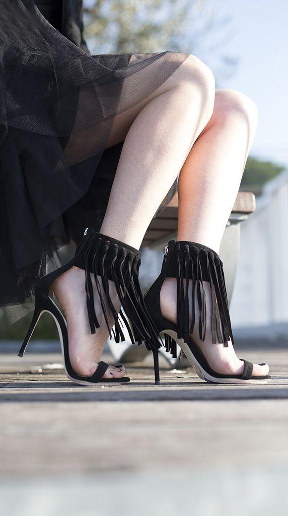 GIUSEPPE ZANOTTI - SPRING SUMMER 2016 Sandalo alto in camoscio con zip su retro e frange su cinturino. Suola in cuoio, tacco 105.
