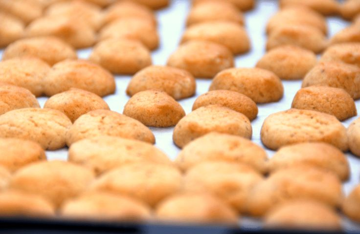 Julens småkager er alle både hurtige og nemme at bage, og her er alle opskrifterne på alt fra pebernødder til brunkager og vaniljekranse. Julens småkager: Vi starter med en luksus opskrift på peber…