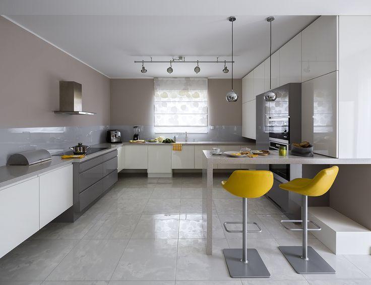 Colourful modern kitchen, withe kitchen, gry kitchen, white&grey kitchen, yellow hocker, big hocker, hoker
