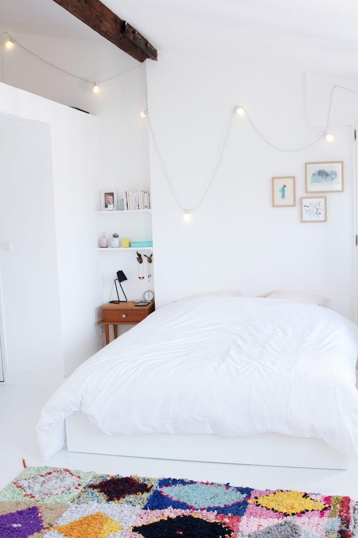 Bienvenue chez Anne, responsable éditoriale d'Hello Coton // Hëllø Blogzine www.hello-hello.fr #paris #privatetour #scandinavian #bedroom #stringlights