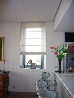 micro fen tre et mini store pour quiper cette petite ouverture en vis vis avec un immeuble en. Black Bedroom Furniture Sets. Home Design Ideas