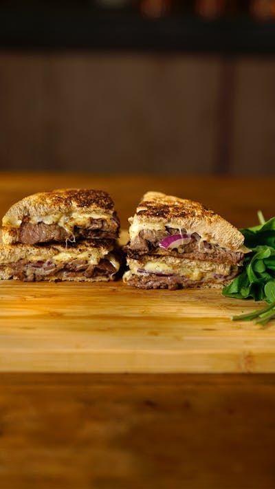 Aproveite que a sexta-feira chegou para degustar essa Brahma Extra Lager que super combina com um sanduíche de rosbife incrível!