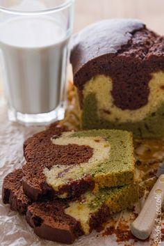 Plumcake variegato con cioccolato, tè matcha e frutti rossi