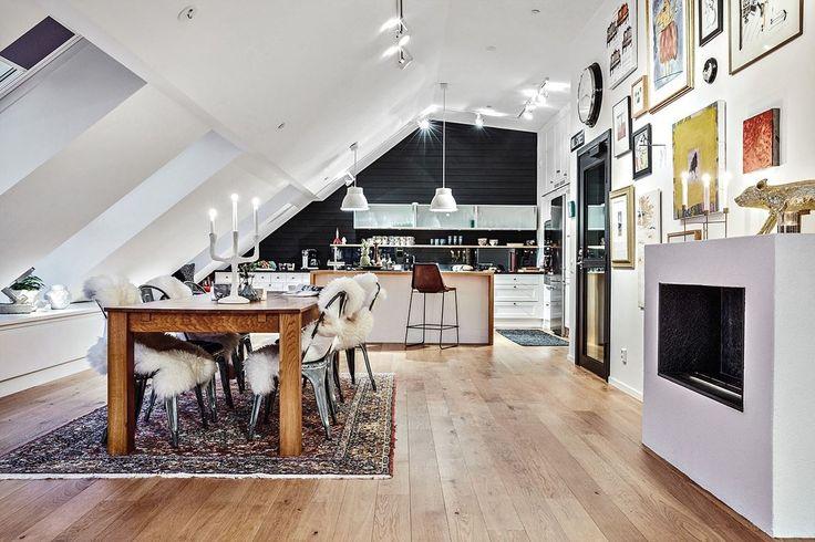 Cocina abierta al salón en ático con techo inclinado