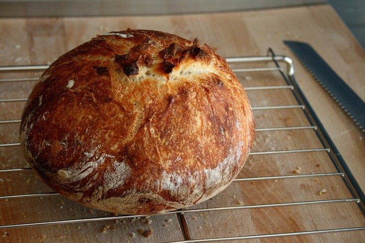 De gedachte dat brood maken alleen weggelegd is voor bakkers en uren aan kneedwerk kost, is allang achterhaald. Zo maakte New York Times journalist Mark Bittman onlangs dit supermakkelijke recept, waarbij geen kneden aan te pas komt. Ook fijn: het hoeft niet een uur of 15 (!) te rusten, zoals bij dit no knead recept …