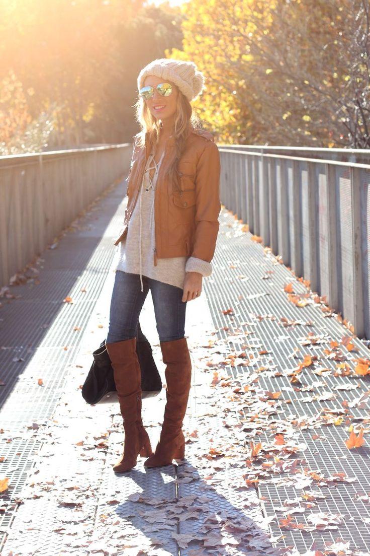 Outfit de Lola Mansil con unas botas mosqueteras marrones combinadas con una preciosa chaqueta de cuero