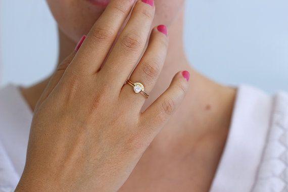 Ensemble de mariée mariage : bague de fiançailles en diamant rond jumelé avec un anneau de « couronne » pavé de diamants. La Couronne et lunette ronde s'asseoir ensemble et ne pas faire tourner gratuit un de l'autre. Largeur des bandes : 1,3 mm Matériaux : 18k or massif, 0,3 carat diamant, rond blanc 1 mm sept diamants de pureté VS (sans conflit). Paramètres de diamant de centre : clarté VS, couleur E-G, excellente coupe, conflits gratuit. Disponible en or 18 carats jaune, blanc ou ROSE…