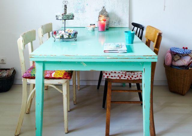 Vous avez envie d'une table de repas originale, mais vous avez un budget limité. Pourquoi ne pas repeindre une table ? Le coût est moindre et le résultat
