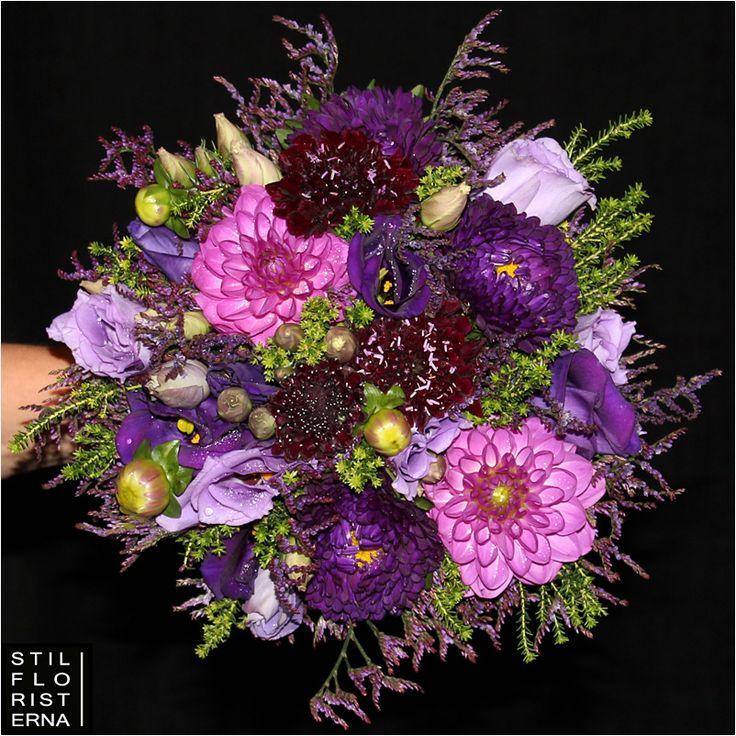 Handbunden brudbukett med aster och dahlior i lila toner.