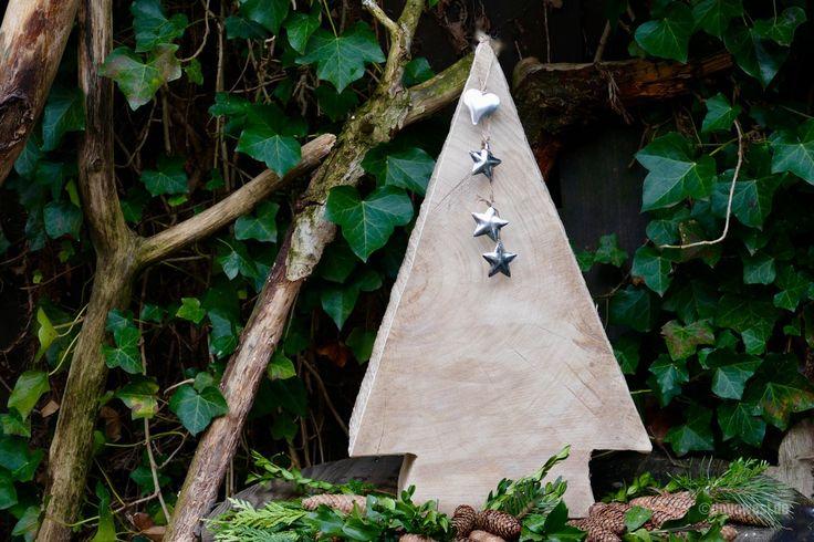 Zu Weihnachten hat mir mein Mann einen Wunsch erfüllt und mit der Kettensäge aus einer dicken Pappelholzscheibe zwei Weihnachtsbäume gesägt. Ich freue mich sehr über diese natürliche und schlichte Winterdekoration. Ich wünsche allen frohe und besinnliche Weihnachten! HerzlicheGrüße Karin (837 Besuche, 1 davon heute)