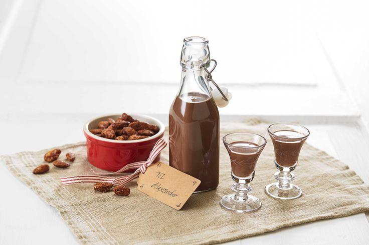 En deilig og kremete likør med en herlig smak av sjokolade og kaffe. Likøren er holdbar i flere måneder og egner seg godt å gi bort i gave til noen du ønsker å glede.