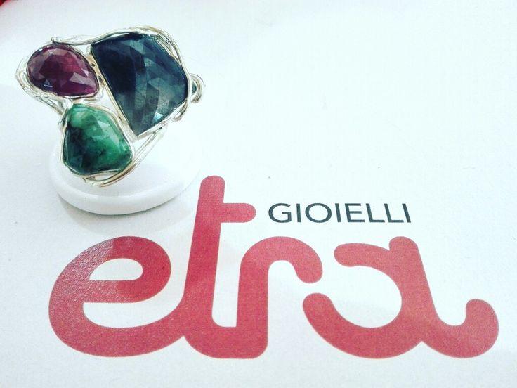 Anello collezione Etra Gioielli in argento 925/000, zaffiro, smeraldo e rubino. Pezzo unico