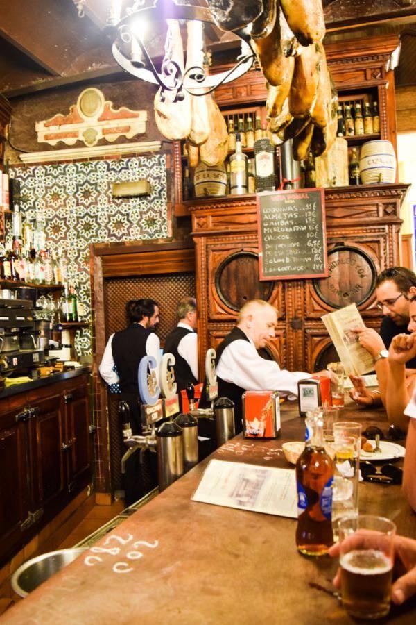 À l'intérieur du plus ancien bar à tapas de Séville, El Rinconcillo © Yonder.fr