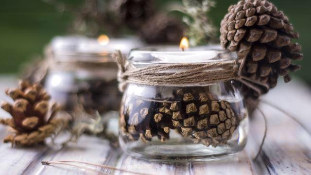 Einmachglas mit Kerze und Tannenzapfen