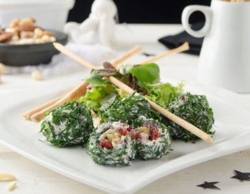 Ziegenfrischkäse-Pralinen auf winterlichen Blattsalaten