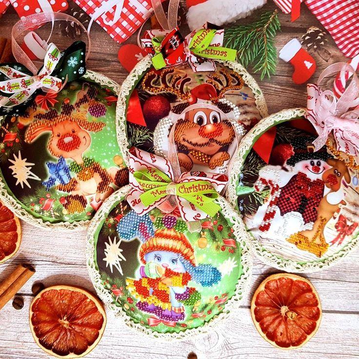 Праздники совсем скоро пора подумать о праздничном декоре. Новогодние шары вручную расшитые бисером.Что может быть интересней и оригинальней #новыйгод2018 #ёлочныеигрушки #елочныешары #новогоднийдекор #новогоднийсувенир #вышивка #вышивкабисером #ручнаяработа #handmade #christmasdecor #christmas #christmastoys