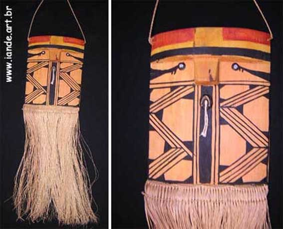 Máscara representando o espírito Yakuhitxatô. Material: madeira e fibras de buriti. Feito por índios: Mehinaku. Local: Parque do Xingu, estado do Mato Grosso, Brasil.