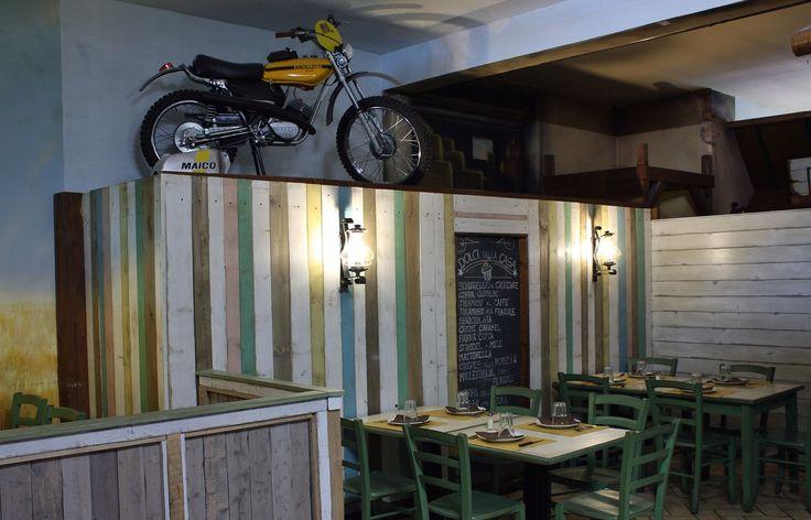Arredamento ristorante. Questa parete ė stata realizzata con legno di riciclo, colorato ed invecchiato con le nostre tecniche