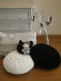 Lovely hooked cushions in black, gray and white. The gray cushion is actually knitted. The black basket with gray flower is also hooked. Look also at the beautiful restyled Dutch 'buikkastje' (the cabinet)