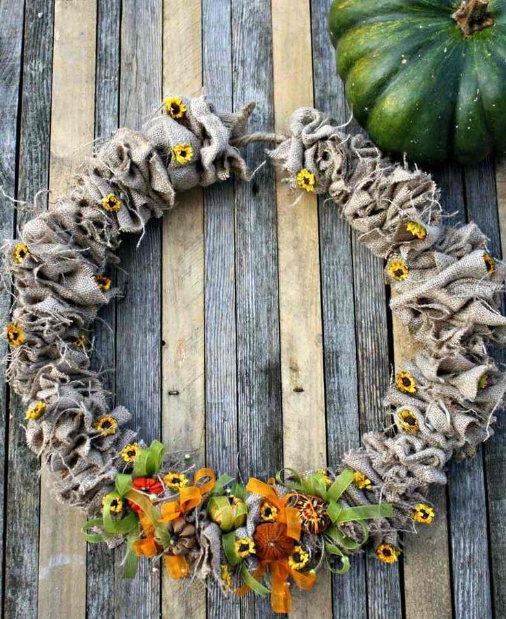 couronne de porte à faire soi-même en toile de jute, petits rubans en vert et orange et mini-fleurs de tournesol décoratives