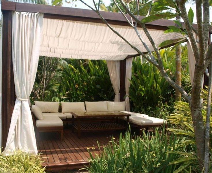 pergola en bois avec rideaux pour la terrasse extérieure avec un canapé d'angle