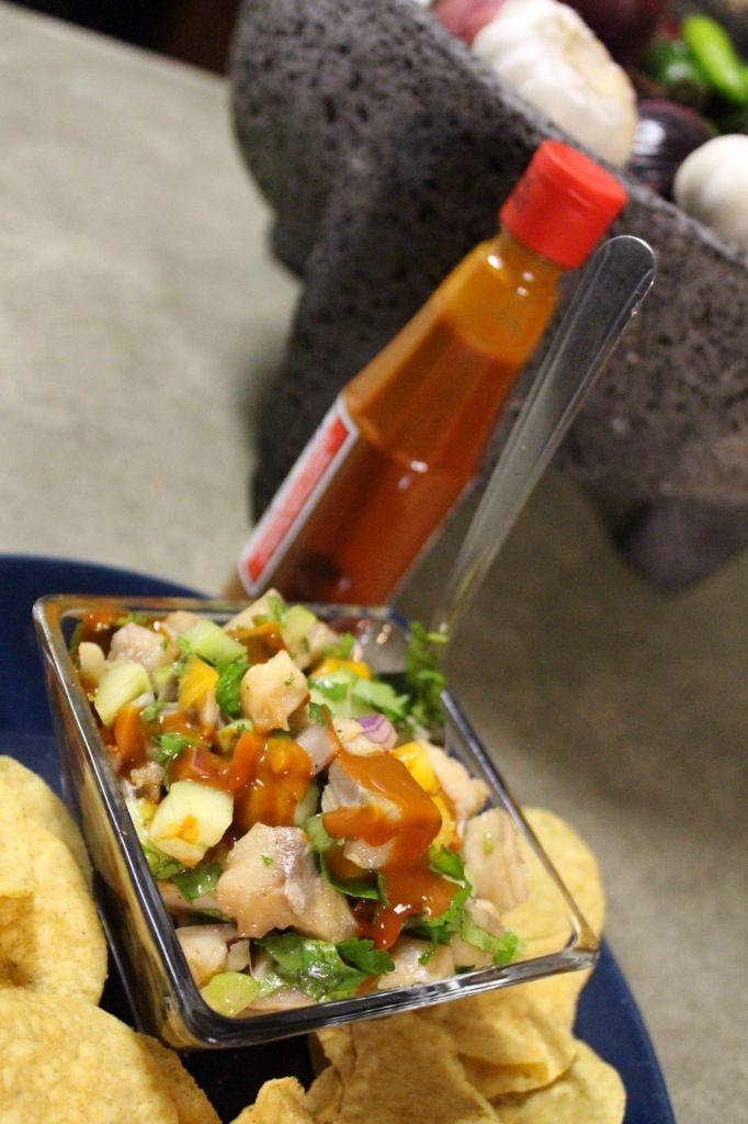 Ceviche de Pescado  Receta a mi gusto.  Tostadas de Ceviche de Pescado Trocitos de aproximadamente un centrimentro de filete de pescado Pollack(de agua salada) cortar de este tamaño para que se curta bien por lo minimo 2 horas en jugo de limon mexicano, este es muy acidito y ayuda a una rápida manera de curtirlo. Cortar tomate, cebolla morada, pepino, cilantro y chiles serranos sin semillas. Combinar todo ya que se curtio el pescado y agregar un poco mas de limon fresco, aceite de olivo…