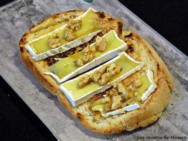 Tosta de queso brie, miel y nueces.