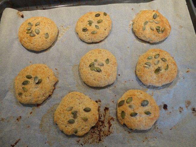 Recept: Fiber- och proteinrikt snabbakat bröd  Fiber- och proteinrikt snabbakat bröd (8 st små)  2 dl kvarg 2 ägg 2 tsk bakpulver 1 1/2 dl havregrynsmjöl eller annat mjöl som t.ex grahamsmjöl eller dinkelmjöl 1/2 dl kokosmjöl 3-4 tsk fiberhusk en nypa salt ägg till pensling pumpakärnor