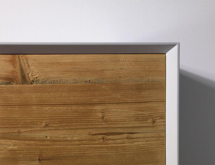 Struttura in legno laccato bianco, ante in abete antichizzato e oliato.