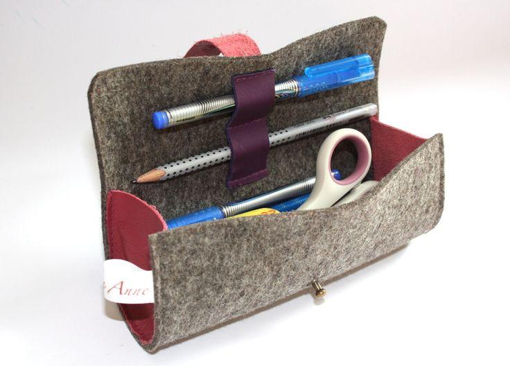 Diese Federtasche aus reinem Wollfilz und Leder beherbergt deine Stifte, Radiergummis, Anspitzer und Scheren.  Für zwei deiner Stifte gibt es eine Halterung und somit hast du sie immer gleich...