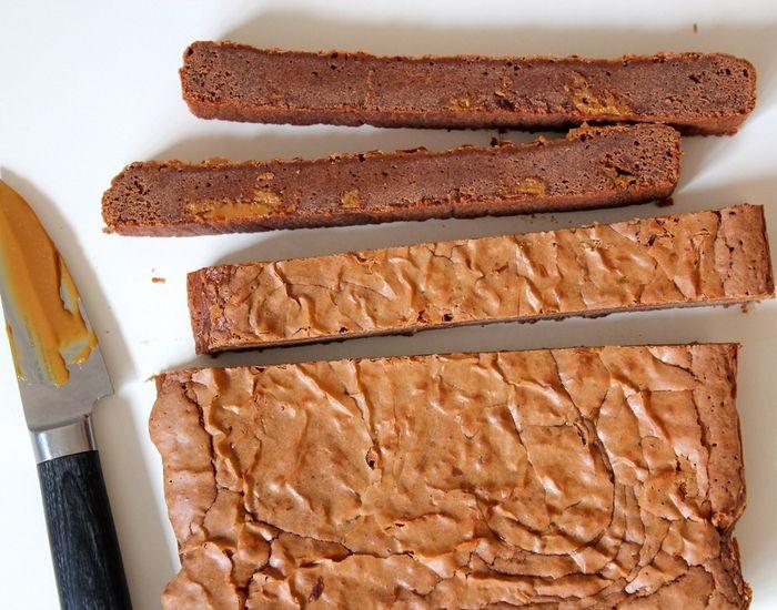 Skynd dig at tage et stykke! Denne kage har konsistens som en brownie, men overrasker med en skøn smag af karamel, chokolade og et hint af salt. Lækkert!
