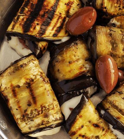 Heerlijke rolletjes van aubergine. Lekker voor bij het avondeten, maar ook zeer geschikt als hapje op feestjes. (Maak ze dan wel in het klein!) :)