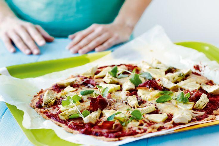 Ved at bytte mel ud med blomkål kan du spare 200 kalorier på din pizza. Få opskriften på blomkålspizza her.