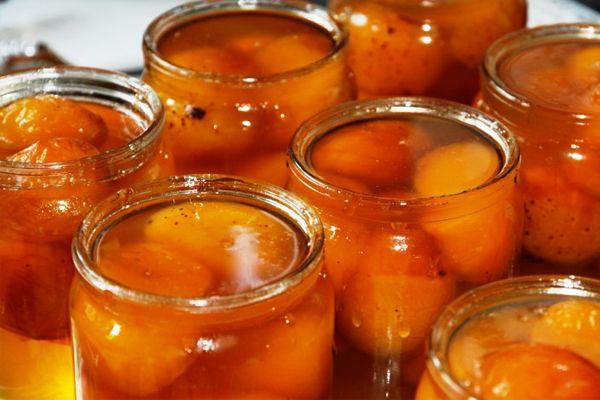Особенностью этого рецепта абрикосового варенье является то, что варенье готовится из целых абрикосов с косточкой внутри, при этом сироп остается прозрачным.