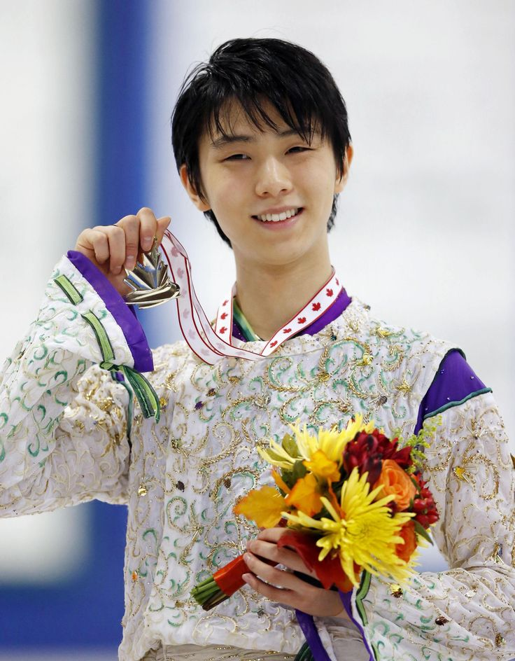 Yuzuru Hanyu holds up his medal after winning the Autumn Classic International in Barrie, Ontario, on Thursday night. Hanyu won with a total score of 277.19. | KYODO