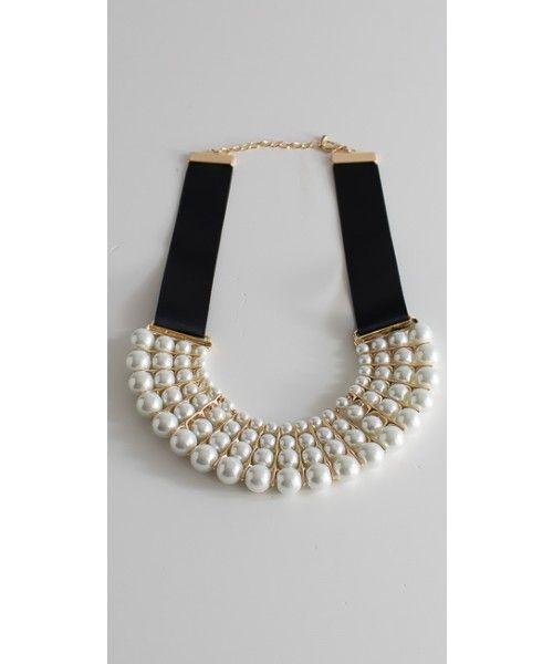 Girocollo in perle con allacciatura regolabile.