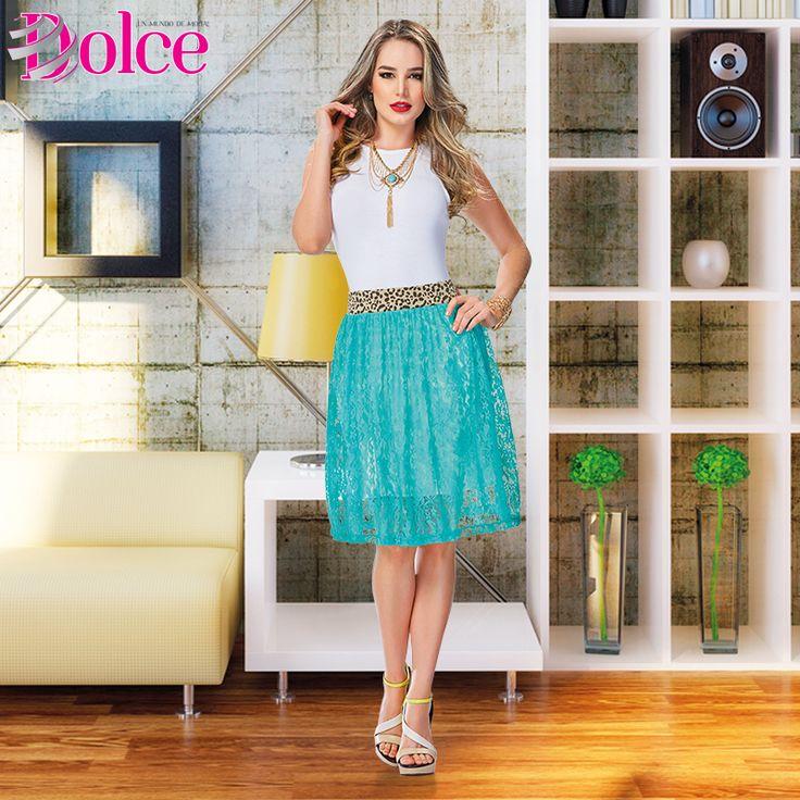 Luce femenina y a la moda con este look de blusa blanca y falda en blonda elastano de silueta semiajustada.