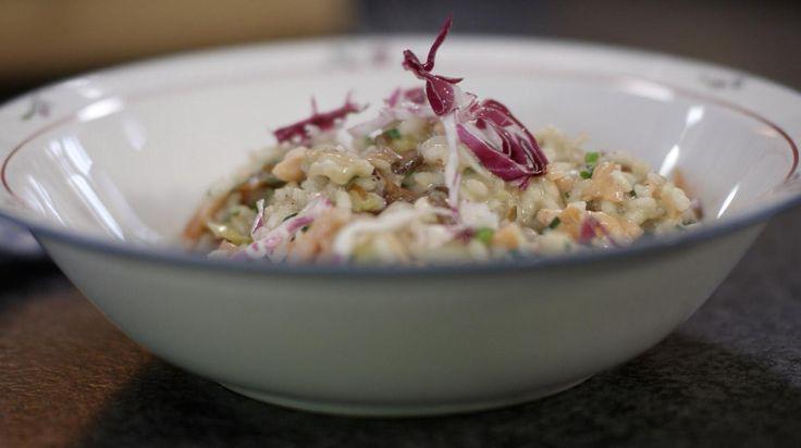 Jeroen combineert het beste uit de Italiaanse keuken met gestoofd grondwitloof van bij ons. In dit rijstgerecht verwerkt hij ook snippers kraakvers roodlof en zachte gerookte zalm. Je eindigt met een pot vol smaak die liefst zo snel mogelijk naar de tafel verhuist.