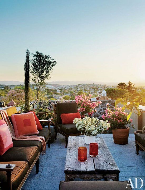 Love the exteriors of this beautiful Mexican home ... how gorgeous is this rooftop terrace? Photos by Simon Watson for Architectural Digest